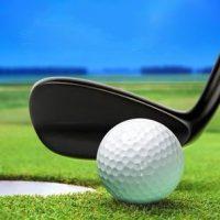 golfball-auf-lippe-in-der-nahe-bunker-schone-schoner-golfplatz